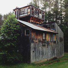 Bohemian Home. ain't that a cutie? Tiny House Cabin, Tiny Houses, Gypsy Home, My Dream Home, Dream Homes, Bohemian House, Building A House, Architecture Design, Cottage