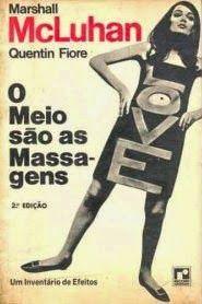 """Com uma estética concretista e em formato pós-moderno, o livro """"O Meio são as Massa-gens"""", escrito pelo filósofo e educador canadense Marshall McLuhan, em parceria com o ilustrador Quentin Fiori, possibilita - entre outras coisas - uma reflexão sobre as relações entre a percepção e o(s) meio(s) em que vivenciamos."""