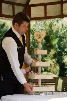 Der große Moment: die #Hochzeitstorte wird aufgetragen  #Hochzeit #Hochzeitsreportage #Hochzeitsfotograf #Hochzeitsfotografie #wedding #Hochzeitsfeier #Torte