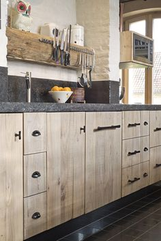 Landelijke keuken in massieve OLM wit transparante olie Kitchen Cabinets Decor, Cabinet Decor, Kitchen Shelves, Kitchen Interior, Rustic Kitchen Island, Barn Kitchen, New Kitchen, Cocinas Kitchen, Kitchen Upgrades
