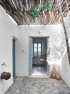 Deco holiday home draw on the Greek islands of the Mediterranean Architecture, Mediterranean Decor, Patio Interior, Interior And Exterior, Mansion Interior, Exterior Homes, Interior Design, Bamboo Roof, Bamboo Ceiling