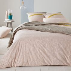 Macio printed duvet cover, 100% cotton. A great mix of micro-motifs and soft colours. Features of Macio duvet cover:100% cotton (57 threads/cm²). The higher the thread count, the higher the quality of the weave. Featuring pink micro-motifs on a white background, and grey micro-motifs on a white background, set with an acid yellow band.Straight edge finish.Duvet cover is washable at 60°.The Oeko-Tex® label guarantees that the items tested and certified do not contain any harmful substances…