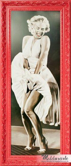 """Gravura """"Marylin"""" com moldura vermelha trabalhada. Formato: 64 x 155 cm. Cód. 3941. contato@moldurartegaleria.com.br — em Moldurarte Galeria."""