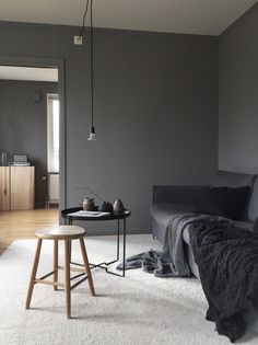 moody colours in the living room. Masculine living room in grey.