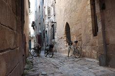 Pause impasse rue Neuve #Bordeaux devant la plus ancienne maison datant du XIIIe siècle. #BdxBikeTour #VisiterBordeaux #Tour