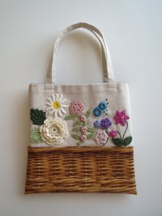 花かごのミニバッグ(A) 2x Embroidery Purse, Hand Embroidery Flowers, Hand Embroidery Stitches, Bag Patches, Diy Bags Purses, Crochet Square Patterns, Diy Tote Bag, Craft Bags, Denim Bag