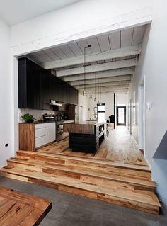 C'est une jolie cuisine-couloir avec... Un sapré beau plancher!