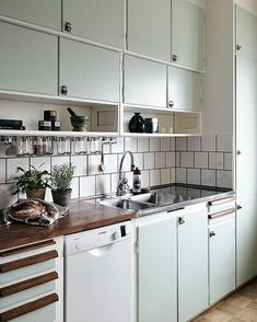 Charming kitchen with beautiful functional details 👍🏻picture about . 50s Kitchen, Open Kitchen, Home Decor Kitchen, Kitchen And Bath, Vintage Kitchen, Home Kitchens, Kitchen Dining, Kitchen Cabinets, Kitchen Ideas