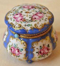 Antique Limoges box with turquoise button closure Porcelain Skin, Fine Porcelain, Porcelain Ceramics, Porcelain Jewelry, Painted Porcelain, Jewelry Dresser, Antique Boxes, Pretty Box, China Painting