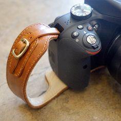一眼レフ用グリップハンドストラップ ブラウン - カメラストラップをお探しなら monogram オンラインストア