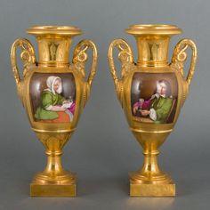 Paar vergulde amforavormige porseleinen siervazen met oren in de vorm van zwanen en polychroom decor: elk een cartouche met portretten en een cartouche met landschappen, Frankrijk, Empire.