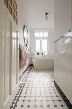 Eclectic Bathroom, Bathroom Styling, Hallway Inspiration, Bathroom Inspiration, Classic Bathroom, Kabine, Upstairs Bathrooms, Bathroom Toilets, Love Home