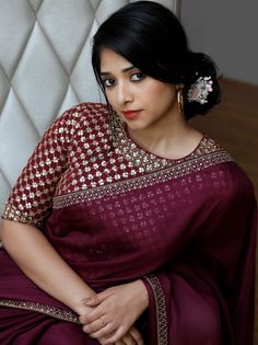 Find the Most Elegant Party Wear Sarees Here! Keep Me Stylish Fancy Blouse Designs, Bridal Blouse Designs, Blouse Neck Designs, Kurta Designs, Trendy Sarees, Stylish Sarees, Saree Color Combinations, Saree Trends, Saree Blouse Patterns