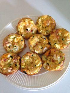 Ei muffins met groenten (12 muffins) 9 eieren 1 lente-ui 1/2 paprika Deel prei Deel courgette Pancetta of kaas peper Evt. koriander Verwarm de oven voor op 200 graden. Snij de groenten fijn. Kluts de eieren en voeg wat peper en evt. koriander toe. Doe de groenten in de muffinvorm en schenk nu in elk muffinbakje wat van het ei-mengsel. (Je kan ook de groenten vooraf mengen met het eimengsel) Schenk de bakjes niet te vol! Zet de muffinvorm in de oven en bak de ei muffins gaar in 20-25 minuten.