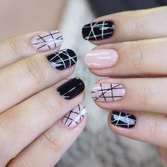 Soft pink and black nails design. Pinterest: @framboesablog