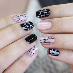 Soft pink and black nails design. Pinterest: @framboesablog