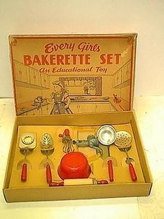 KITCHEN BAKERETTE SET MINT IN BOX FROM THE 1950s