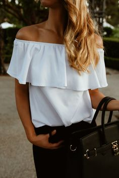 A white off the shoulder top paired with black skinny jeans and heels make for a Dinner Outfits, Summer Outfits, Casual Date Nights, White Off Shoulder, Going Out Outfits, Night Looks, Black Skinnies, Girls Night Out, Fashion Outfits