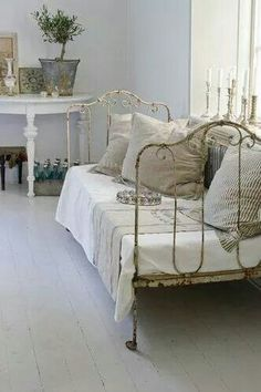 Antique Iron Twin Bed Doubles as a Daybed! I can do this with my twin iron bed. Casas Shabby Chic, Shabby Chic Interiors, Shabby Chic Bedrooms, Vintage Shabby Chic, Shabby Chic Homes, Shabby Chic Style, Shabby Chic Furniture, Shabby Chic Decor, Bedroom Rustic