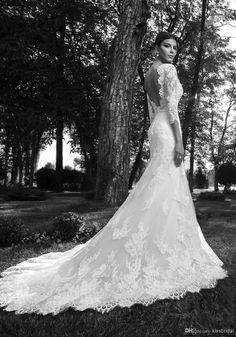 Prachtige bruidsjurk met kant en een sleep. Deze jurk kun je ook laten maken bij Bruidsatelier Petra. Ik maak dan eerst vrijblijvend een proefmodel voor je, zodat je een goede indruk krijgt van de uiteindelijke jurk.
