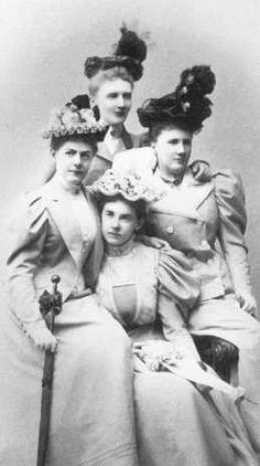Великая княгиня Елизавета Маврикиевна (крайняя справа) с сестрами