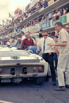 1965 Ford GT at Le Mans with Carroll Shelby. Bugatti, Course Automobile, Le Mans 24, Classic Race Cars, Gilles Villeneuve, Carroll Shelby, Sports Car Racing, Auto Racing, Ford Shelby