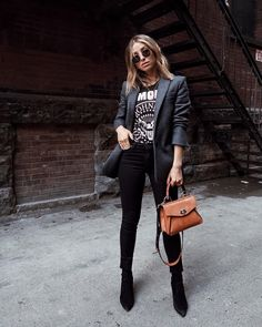 via blazer and jeans outfit weekday look entrepreneur ensemble girl boss business fashion minimalist style graphic t-shirt Business Outfit, Business Casual Outfits, Edgy Outfits, Mode Outfits, Jean Outfits, Business Fashion, Rock Chic Outfits, Black Outfits, School Outfits