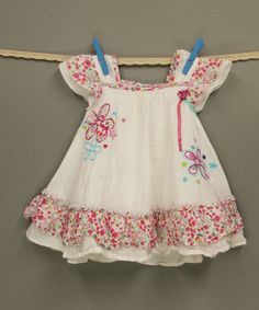 Wunderbares Kleid im Ethno-Look (68/74) Tolles Teil aus 100% Baumwolle für den Sommer im Ethno-Look. Das weiße Kleid hat einen tollen Schnitt, absolut niedliche Flügelärmel und unten eine geraffte Borte. Besonders hübsch ist der Kontrast vom Weiß zum geblümten Stoff.  Zusätzlich hat es vorne eine Blumenstickerei und eine kleine Blume mit zwei farbigen Bändern. Das Kleid hat einen Unterrock. #secondhandclothes #schickes_kind #trendykiddies #kidsclothesforless #größe68 #größe74 #ethnokids