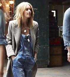 street-style-jardineira-jeans-e-sobretudo-cinza