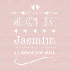 Roze kraftpapier geboortekaartje typografie voor een meisje, met mooie typografische tekst, hartjes en pijlen.