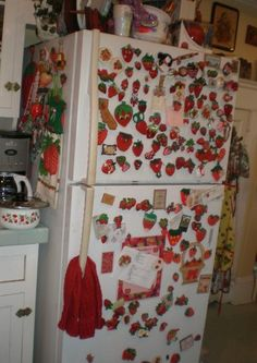 Printing Ideas Useful Strawberry Kitchen, Photo Chat, Red Aesthetic, Wall Collage, My Room, Room Inspiration, Room Decor, Cool Stuff, Wallpaper