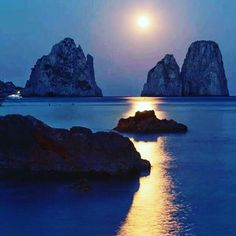 Don't missing the opportunity to be kissed from the moon under the Faraglioni of Capri ! Italian Lifestyle, Visit Italy, Sorrento, Positano, Italy Travel, Opportunity, Trips, Capri, Moon