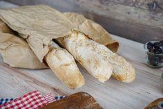 Dieses Baguette ist im Handumdrehen gemacht. Dafür wird nicht einmal eine Küchenmaschine benötigt, weil der Teig nicht geknetet werden muss.
