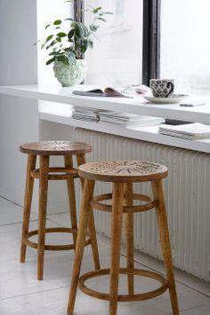Ellos Home Barstol Disa Dekorativ barstol af mangotræ med dekorativt patineret finish og sæde med udskåret mønster. <br><br>Højde 62 cm. Ø sæde 35 cm. Ø fod 45 cm. Monteret. <br><br>