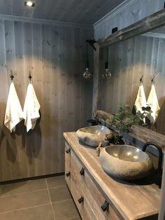 Eikås-hytte i Trysil - Vyrk Cabin Bathrooms, Bathroom Toilets, Bathroom Inspo, Cosy, Bathtub, Farmhouse, Mirror, Ideas, Interior