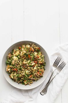 A simple cauliflower salad that is paired with quinoa, roasted red peppers, and a light lime vinaigrette. Perfect for a quick lunch at home or on the go.