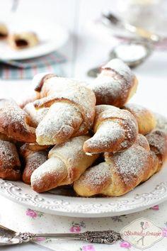 Pyszne rogaliki krucho-drożdżowe, delikatnie rozpływające się w ustach o wspaniałym aromacie wanilii i skórki cytrynowej. Polish Desserts, Polish Recipes, Cookie Desserts, No Bake Desserts, Delicious Desserts, Dessert Recipes, Yummy Food, Sweet Dough, Sweets Cake