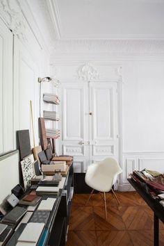 House tour: a pared-back apartment in Paris - Vogue Living Paris Apartments, Cool Apartments, Apartments Decorating, Apartment Interior, Apartment Living, Vogue Living, Dream Decor, Interior Design Living Room, Interior Livingroom