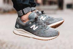 La New Balance M530 AAG Grey Gum associe du cuir et du daim gris #sneakers