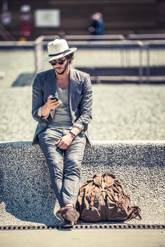 Street Style, streetstyle hat beard bag jeans shirt summer men fashion Awaiting for someone. Mode Masculine, Sharp Dressed Man, Well Dressed, Male Clothes, Hot Clothes, Casual Clothes, Gentleman Stil, Costume Gris, Mode Man