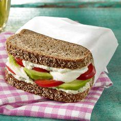 Das vegetarische Good-Morning-Sandwich mit Avocado, Paprika, Mozzarella, Frischkäse und Vollkornbrot schmeckt daheim und unterwegs.
