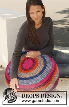 "Crochet DROPS pouf with stripes in 2 strands ""Eskimo"". ~ DROPS Design. Free pattern."