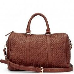 This is the nicest weekend travel bag I have seen for the summer for quite some time. Woven leather to perfection....x