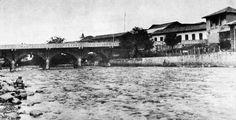 Ricardo JaramilloFOTOS ANTIGUAS SANTIAGO DE CALI. Bella foto del puente Ortiz hacia 1920 después de su primera ampliación en 1918. Se puede ver al fondo la primera Ermita de Jesús del Rio y su campanario. Aun no se había iniciado la construcción de la Avenida Colombia. (Foto en alta Resolución)