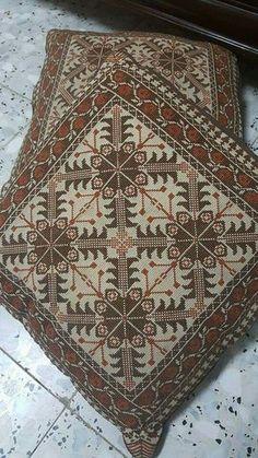 Folk Embroidery, Beaded Embroidery, Cross Stitch Embroidery, Embroidery Patterns, Cross Stitch Pillow, Cross Stitch Rose, Cross Stitch Designs, Cross Stitch Patterns, Beau Crochet