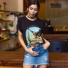 """A mini saia e a sua volta triunfante (amo!) e a camiseta """"roubada"""" do armário do boy!  Tudo by @tritonforumjaragua"""