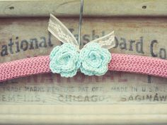 Percha en ganchillo color rosa con rosas   -   Pink with aqua roses crocheted hanger