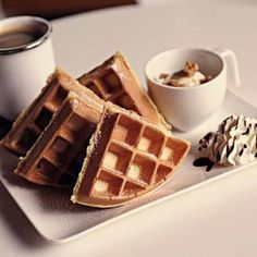 Breakfast in Bed Idea: Waffles and Hot Chocolate Breakfast Waffles, Breakfast In Bed, Morning Breakfast, Perfect Breakfast, Yummy Waffles, Morning Food, Breakfast Ideas, Yummy Treats, Yummy Food