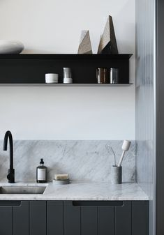Simone Haag is one of our most beloved Australian designers. In her interiors, she perfectly combines Australia's signature modern design and elements of ✌Pufikhomes - source of home inspiration Layout Design, Australian Interior Design, Contemporary Kitchen Design, Modern Design, Ikea, Scandinavian Furniture, Kitchen Shelves, Kitchen Styling, Kitchen Interior
