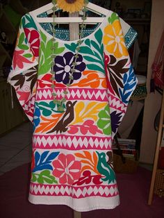 Huipil Tuxtepec, Oaxaca. Iquiti Textiles Mexicanos. Mexican Textiles, Mexican Designs, Mexican Dresses, Mexican Style, Embroidered Blouse, Folk, Pitaya, Embroidery, Stitch